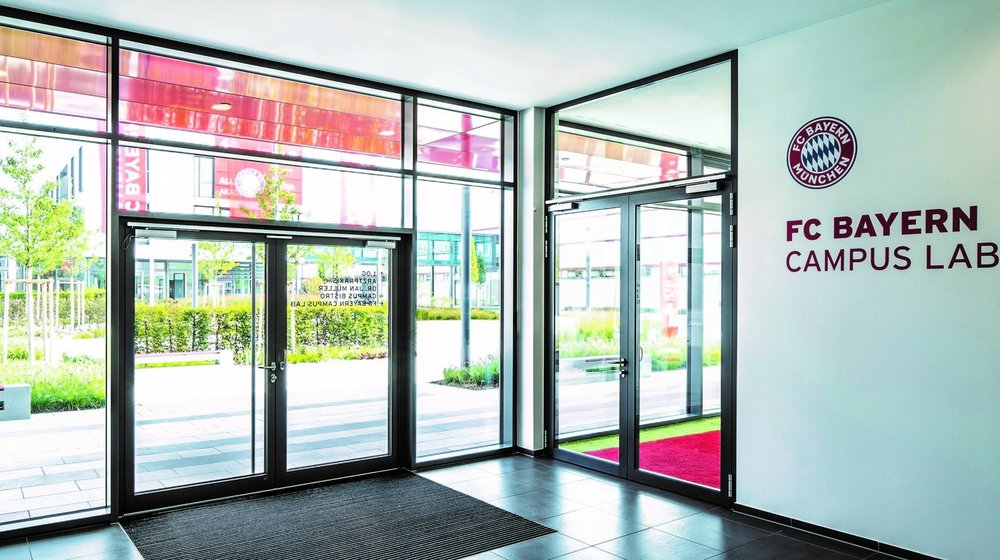 Emergency exits and escape routes are secured with transparent fire protection barriers. On the right in the image: Schüco ADS 80 FR 30.