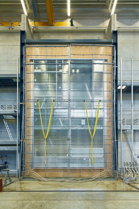 The Schüco AF UDC 80 unitized façade is tested in the Schüco Technology Center with a width of 5.7 m and a height of 8.8 m.