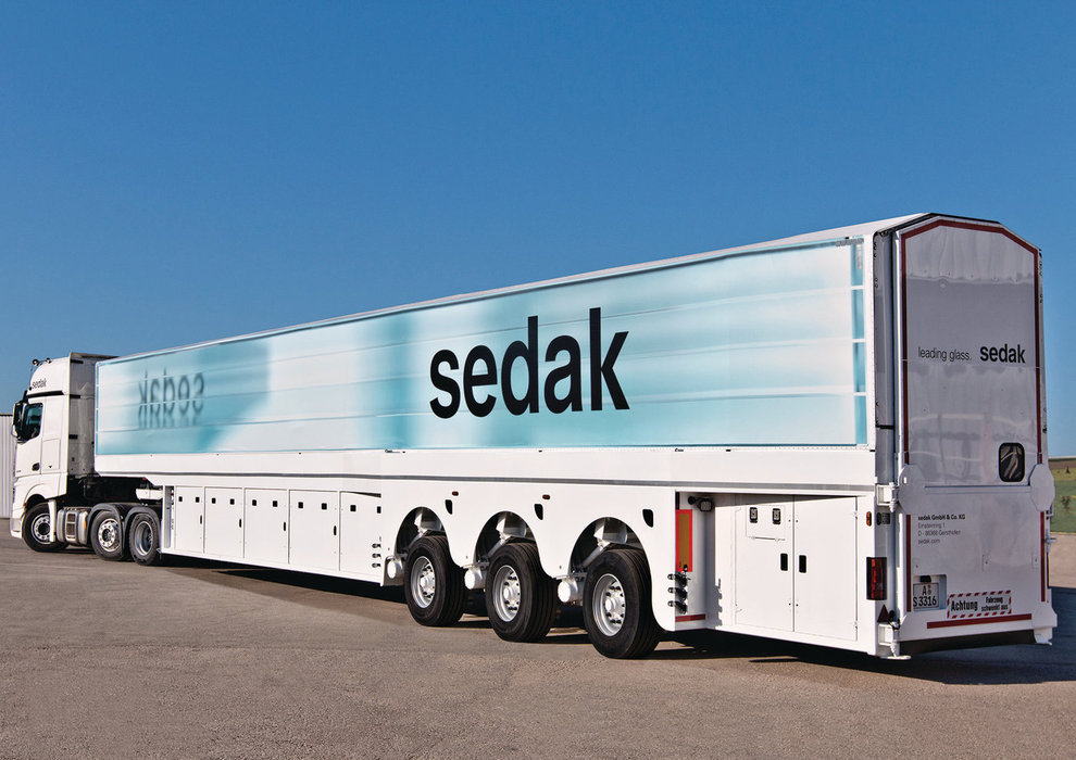 The world's longest inloader now delivers glass up to 16m. The truck tarpaulin printed with a glass laminate shows what sedak stands for: oversize glass, maximum transparency, perfect lamination and the highest edge quality.